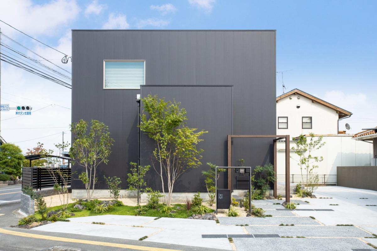 福岡県朝倉市「シンプルモダンな住宅と一体感を持つアプローチゲート」外構工事イメージ